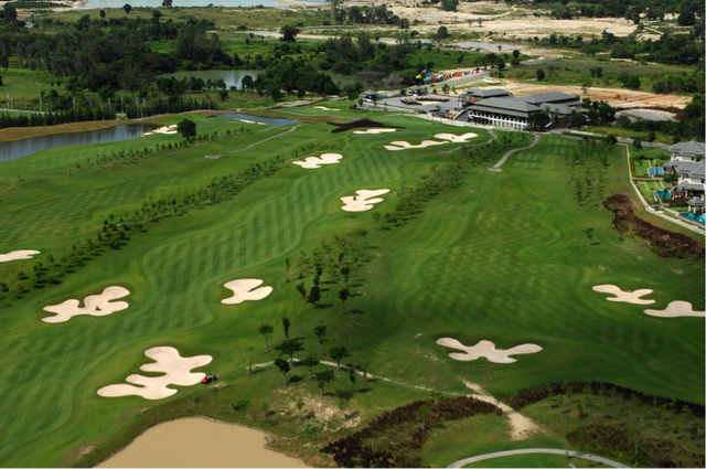 Overview of 1st and 18th holes at Black Mountain Golf Club